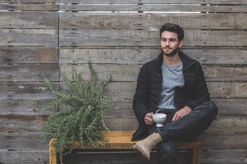 ژست عکس مردانه بالا گرفتن یک پا بالا در حالت نشسته - عکاسی پرتره