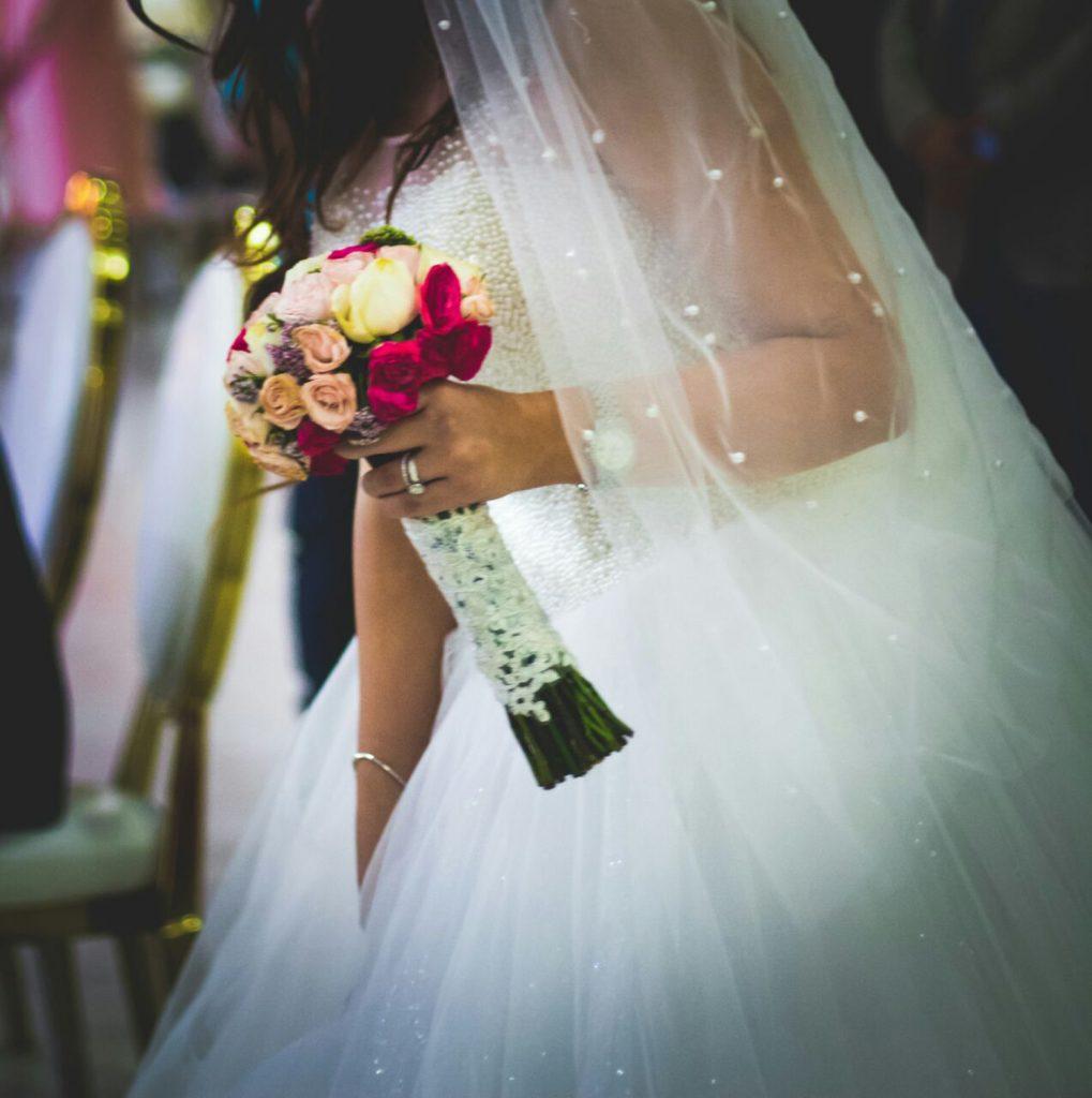 گل در دست عروس