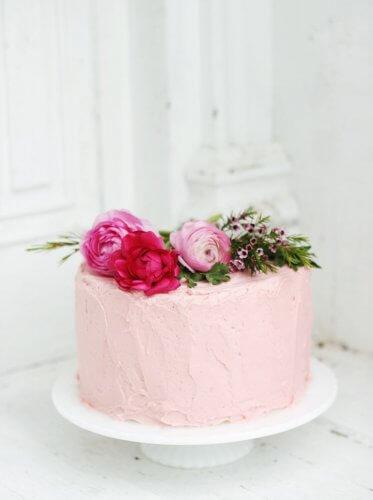 ایده کیک خونگی ماهگرد نوزاد با تزئین گل