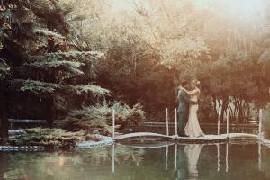 عکاسی عروس ژست عروس و داماد در باغ